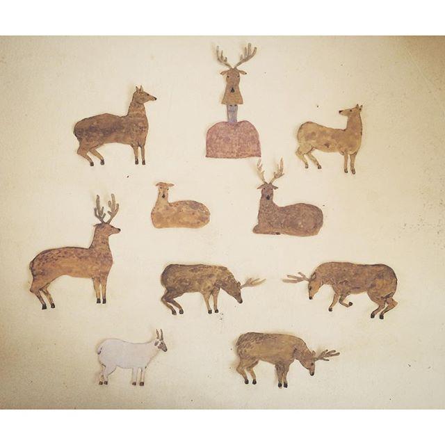 鹿  鹿  鹿 朝からバタバタで  4時くらいに お蕎麦屋さん。 お茶を出してくれた 店員さんが 「質問なんですけど これは 何ごはんですか?? お昼ごはん?晩ごはん? うふふ」 と、 ニコニコしながら 質問され、 ハッとなり 考えてみる。  この時間帯は 「たそがれ刻」である。 まだ 学生の頃  徳岡 神泉  という 画家が 大好きで  神泉の描いた  たそがれ刻の鹿の絵を思い出す。  彼の言葉で「絵は 自分の精神以上のモノは 描けない」 という言葉の 面白味も 反すうする。