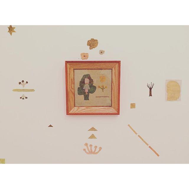 kousagisha galleryの夏のイベント、 くろさわ じゅんこさんの『パームリーディング会』と 小鳩 ケンタさんと クロエくんの 詩とギターの会、『8月のけもの達』 に合わせ  ギャラリー空間に 「8月9月の部屋」を  つくりました。  この空間で 夏のリズムを循環していき  秋に個展をしてくれる  大畑 公成くんの展示に  繋いでいきたいと 思います。ちなみに 8月20日開催の『8月のけもの達』の予約は 少しずつ埋まってきております。ご興味のある方、 ぜひぜひ  いらして下さいね。予約は info@chloelogy.comまでです。どうぞ よろしくお願いいたします◯#光兎舎  #kousagishagallery#くろさわじゅんこ#小鳩ケンタ#クロエ