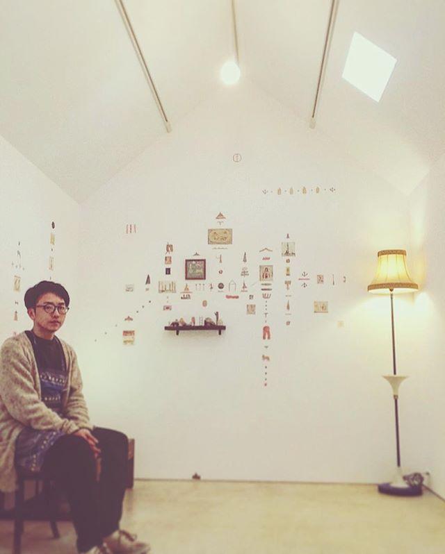 kousagisha gallery加藤 智哉 常設展 『冬の部屋』無事 展示を終える事が できました。 身体をふわふわさせながら も  集中できた 展示となりました。 この展覧会の前に kousagisha galleryで 展示して下さった 宇加治 志帆さんと『作家にとっての幸せ とは?』という 話をしました。宇加治さんの前に 展示して下さった 大畑 公成くんとは 『空間とエネルギー』について 話しました。イベントで パームリーディングをして下さった くろさわ じゅんこさん とは 『いわゆる あたる、あたらないを超えた 深い内面の事』について  モリモリと 話をしました。絵を描く生活の中で ギャラリーを構え まだまだ 不慣れ感のあるリズムに 少々 テンワヤンワしていた 僕にとって 色んな職種や場所で生活をする方々と 展示空間をキッカケに 様々なお話をする機会になった事を 改めて 気付かされる展覧会となりました。あたり前の事だけど、自分がいて 他人がいる。他人がいて 自分がいる。自力と他力の世界。点と環境。その中での 喜怒哀楽。表に現れる 創造と自我。また 色々ビジョン巡らせながら まだまだ モリモリ制作にくいさがっていきたいと思います。そして 素晴らしい作家さんの 展示のサポートも。寒い中、展示を観て下さった皆さま、気にかけて下さった皆さま、 ありがとうございました◯ #加藤智哉  #kousagishagallery #光兎舎