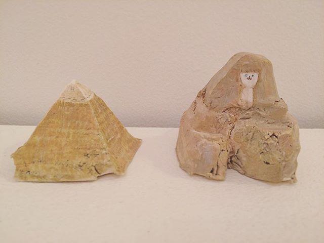 『ピラミッドとスフィンクス』日常はいつも ダイレクト。古代エジプト地方につくられた ピラミッドの大きさと、 現在 日本にいる 僕のつくった ピラミッドの大きさの 比較に ちょっと 興奮する。時代錯誤。想像力、それは愛だ。#加藤智哉 #tomoyakato #ピラミッド