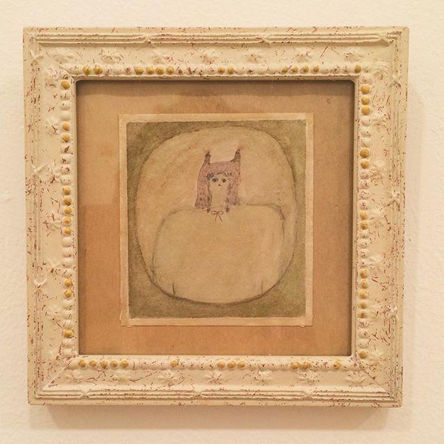 『額に入ったAの肖像』今日は 昼は暑いけど 夜はまだまだ寒い。時々は 額に入って ゆっくりする日がないと、外へ続いていかない。額の絵を壁に飾ると、壁は ギュッとしぼまる。 絵には 額という 家がある。