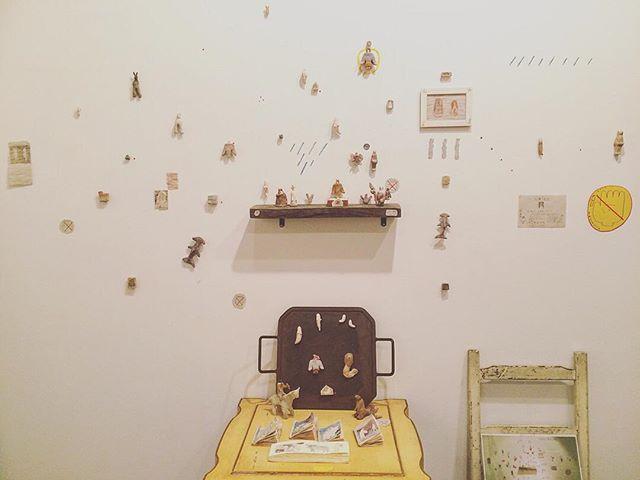 ホホホ座で 開催された 『大マグネット展』が 無事終了いたしました。 お越し下さった 皆様方、 ホホホ座の皆さま、誠に ありがとうございました◎ ホホホ座さんは 光兎舎のご近所さんということもあり  空いた時間に  人形を足しに行ったり、ゆったりと座れるソファーに座り、他の作家さんの オススメの本を読んだり 似顔絵を描いてもらったりと 有意義な時間を過ごさせて頂きました。 そして 来年の2月終わりから ホホホ座さんで 展示させて頂く事に なりました。その展示の時期にかぶせて  ちせ さんと 光兎舎 と ホホホ座の三ヶ所で 展示を 開催予定しております。冬に 光兎舎から 少しずつ 外に出ていきます。そんなリズムです。