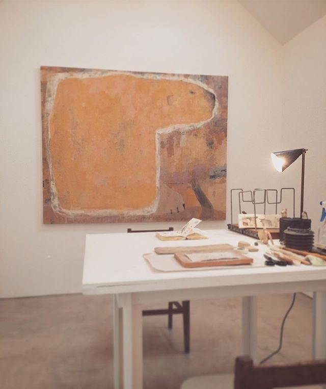 kousagisha gallery(光兎舎)にて  9月16日、17日に 開催する くろさわ じゅんこさんによる 『パームリーディング』の部屋を つくりました。 二階の菜食光兎舎が オープンしている時間のみ 観覧が可能です。(パームリーディングは まだ 少しだけ 空きがあります。予約したい方は  tomoya.forute33@gmail.com  まで ご連絡下さい )今回は  昔 描いた  シロクマの絵を 飾りました。絵は その時の自分が そのまま 感覚的に 伝わってきます。その感覚を 冷静に 批評する必要もなく、最近つくった 絵を 同じ空間に飾ったり その場で 制作したりして  会話を しています。