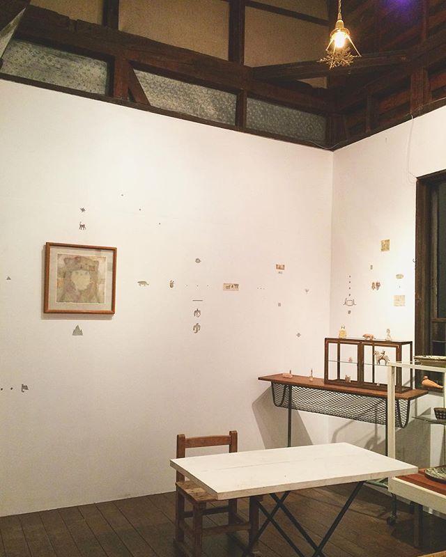 『ちせ10周年の催し』2週目が 始まっております。沢山の方が ちせさんの 二階空間で ゆっくりされて下さっているらしく、嬉しく思います。(ちせで 千円以上 お買い上げされると、抽選くじが 引け、豪華商品が 当たるそうです)ちなみに、ちせさんは 水曜と木曜休みです。そして、西野 詩織さん の展示会場のkousagisha galleryは 月曜、火曜がお休み、ともこちんプロさんが 展示している ホホホ座さんは 無休、となっておりマス。お休みの日を お気をつけて下さいませ。 《三ヶ所徒歩で移動できますよ》 ◆◆◆◆◆◆◆◆◆◆『ちせ10周年の催し』【期間】10月7日(土)〜10月22日(日)【open】11時〜18時【close】水、木【場所】ちせ(京都左京区)どうぞ よろしくお願いいたします。