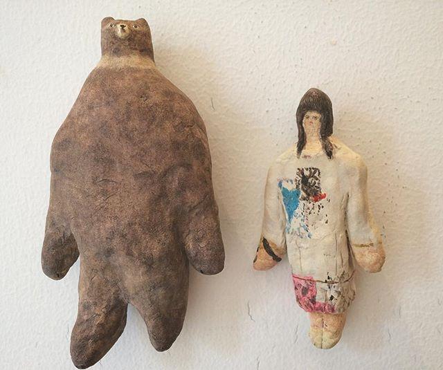 『胸張り熊と宇加治 志帆さんの服を着る娘』