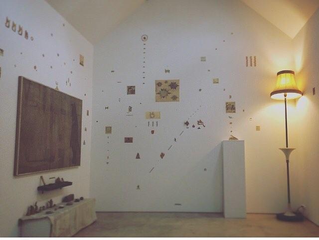 ちせ、光兎舎、ホホホ座の3ヶ所にて 開催した 個展 「小さな惑星」展が 終了しました。お越し下さった皆様、気にかけて下さった皆様、 誠にありがとうございました。今回 三ヶ所で展示をする計画は 最初 ちせ での展覧会の話が 決まった時だったかと 思います。壁に絵を飾る様に 土地に三ヶ所 自分のつくった空間が できたら(飾れたら) どうなるのだろう? と  ワクワクしながら 日記帳に描いてみた事を 覚えてます。 イメージとしては ちょうど オリオン座の三ッ星でした。星座のもつ 星と星との 完璧な距離感と、自分のもつ 個や他との 不安定な距離感。そのギャップや共鳴感は 生き物みたいで 自分の意識している範囲だけでは 気が付かない視点が みえたり。起こったり。決して 飼いならすコトは できません。そんな エネルギーな揺らぎは 展覧会の 醍醐味で、うまく言葉にしきれないものを 絵に 託します。今回の 発想に 御協力して下さった ちせの 皆さん、光兎舎の皆さん、ホホホ座の皆さん、そして 音楽をつくって下さった お三方、 色々 御協力して下さった皆々さま、たくさんありがとうございました◎次は 少し遠いけど ドイツでの展覧会となります。