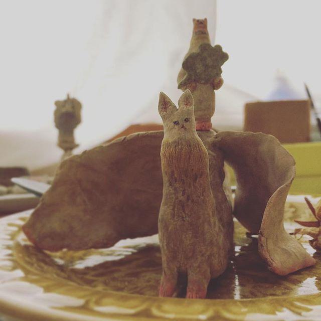 『兎龍に乗って 青葉を届けに来た 猫(皿の上)』
