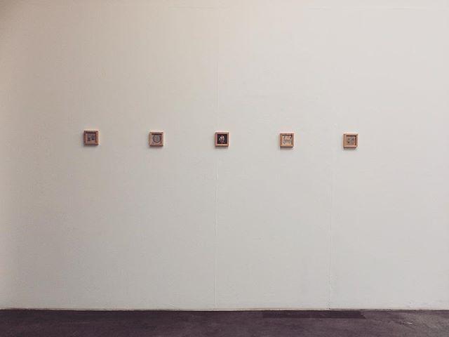 今回は 額に入った絵を 沢山つくっている。マーティンが 今日 デモで 空間に 作品をはってくれる。少しずつ 世界観が みえてくるのかな。