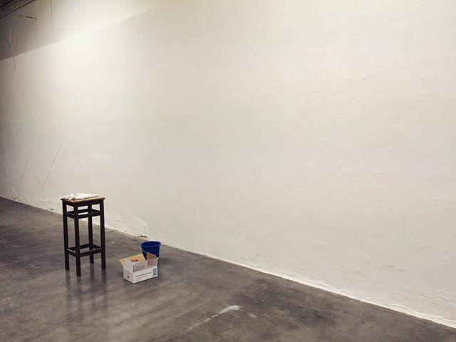 今日から ギャラリーで 作業です。今回は 壁画を描いて 場所と交流を。描いて 描いて どんどん柔らかくなって この場所と 融合していくんだ。