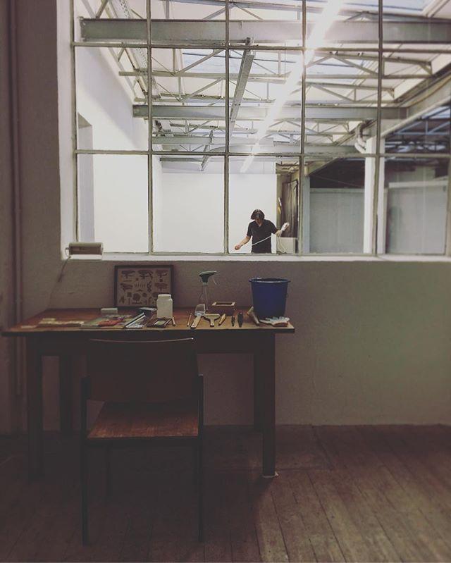 今回 展示会場の Lothringerstr.13 halle は 昔は 自動車工場だったそうです。とりあえず 昔、コントロールルームだった小部屋に 机を置いて。