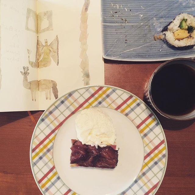 朝は いつも 作戦会議。のり巻きと 珈琲と プラムケーキ。