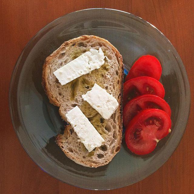 Sさんが つくって下さった 昼食。チーズとトマトとパンの相性が 素晴らしかった。