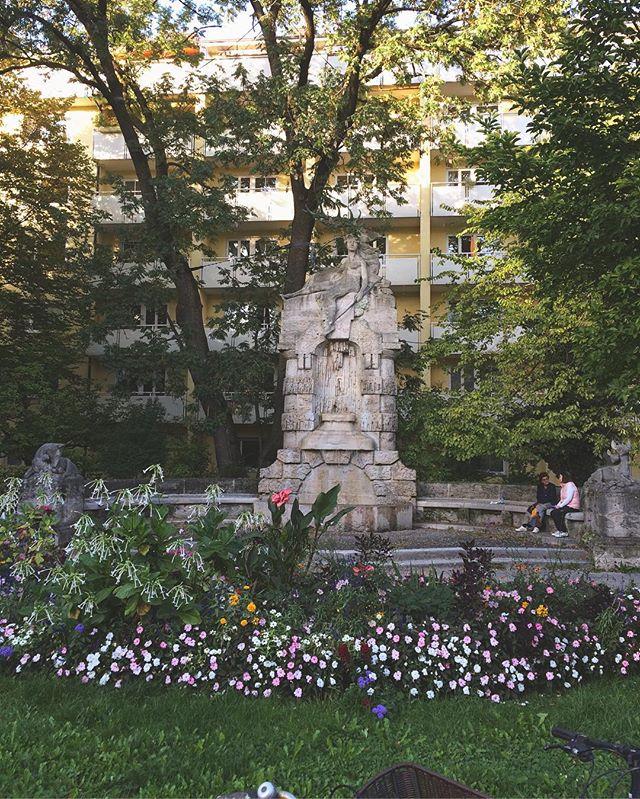 石像広場。鹿、鹿、鹿。単純に 好き。Münchenも秋に。冬のドイツは 経験した事は ない。