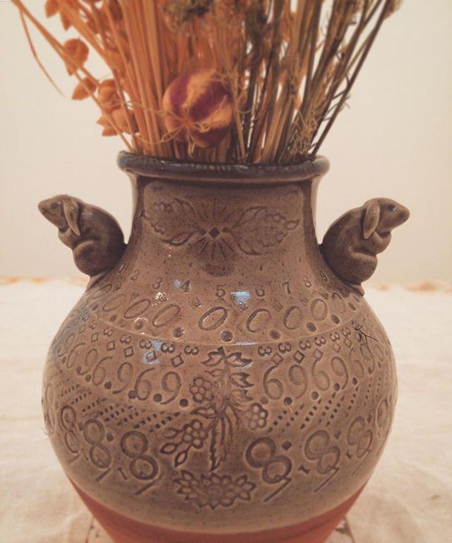 【kousagisha gallery】今日は 虹をみました。『松本 高志  12月の喫茶室』 15日(土)開催いたします。こちらは 芦田 尚美さんの陶器。兎と数字です。 お近くお立ち寄りの際は 是非お越しくださいませ。※次回開催日は 22日になります。 ****************************『松本 高志  12月の喫茶室』【開催日】12月15日 、22 日、23日 、24日 【時間】14時〜19時まで(ラストオーダーは18時30分)※ お菓子には 数に限りがございますので 必ず食べたいという方は 日時、人数、電話番号を明記の上、こちらのメールアドレスまで ご連絡下さい→ tomoya.forute33@gmail.com (加藤まで)どうぞ よろしくお願いいたします。drink: 松本 操子(菓子工房パルフィ)空間展示協力: 加藤 智哉  芦田 尚美 うまのはなむけ 西野詩織◇◇◇◇◇◇◇◇◇◇◇◇◇◇#松本高志 #takashimatumoto #kousagishagallery #光兎舎 #光兎舎ギャラリー #kyoto #松本高志12月の喫茶室#加藤智哉#芦田尚美#うまのはなむけ#西野詩織