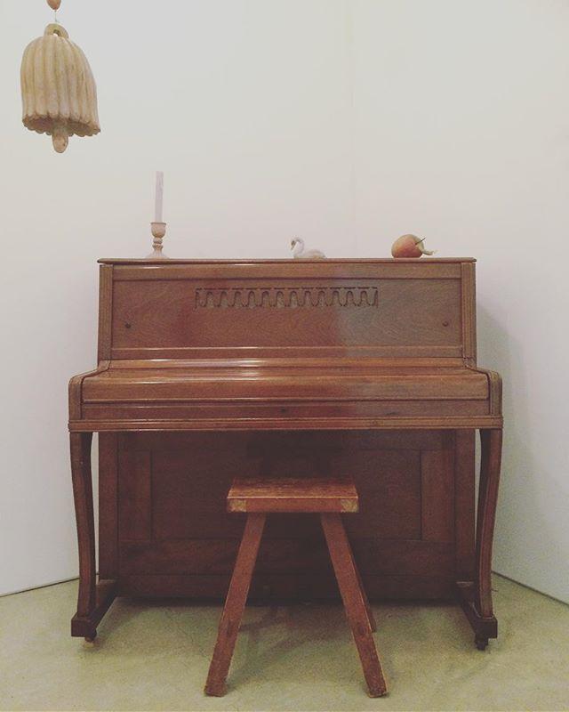 yatchiさんの ピアノ。素敵だったなぁ。(うまのはなむけ展より / kousagisha gallery)