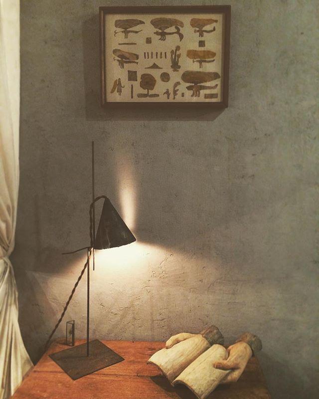 尾道の紙片さんに 作品を 少しだけ 預けてます。神崎さんの木彫とかーじーさんのランプ。