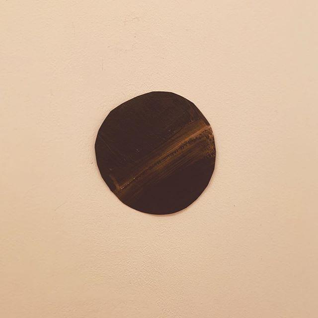 【展覧会のお知らせ】kousagisha gallery . 朝光 ワカコ、只今 搬入中。7月13日(土)よりの展覧会『Fragments of Light』が  始まります。どうぞ よろしくお願いいたします◎つらぬけ、不器用な光。◇◯◇ ◇◯◇ ◇◯◇ ◇◯◇ ◇◯◇ ◇◯◇ ◇◯◇ ◇◯◇朝光 ワカコ 個展『Fragments of Light』「心の中に降り積もった記憶。その無意識の光のかけらたちを、ひとつひとつの魔法を解読していくように丁寧に取り出しかたちにしてゆく」[期間]2019年7月13日(土)〜7月28日(日)[時間]12時〜19時[休]月、火[場所]kousagisha gallery ◇◯◇ ◇◯◇ ◇◯◇ ◇◯◇ ◇◯◇ ◇◯◇ ◇◯◇ ◇◯◇