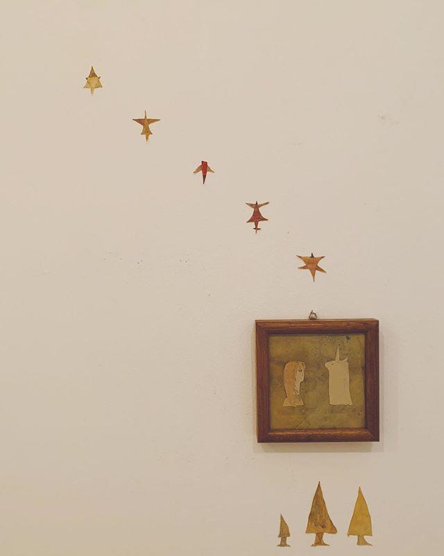 【お知らせ】kousagisha gallery での 展示空間をみていただける日を 少しだけ 伸ばしました◎ 観覧希望をされる方は 2階の菜食光兎舎より お入りいただいて ご観覧下さいませ。5日の演奏会も 楽しみです☆◇◇◇◇◇◇◇◇◇◇◇◇◇◇◇◇◇◇◇◇◇◇◇◇◇ 加藤 智哉 常設展 「spirit room」[観覧可能日]8月31日(土)、9月1日(日)、4日(水)、6日(金)、7日(土)、8日(日)[観覧時間]12時〜菜食光兎舎が閉店するまで (お店の都合により 早めに閉店する事もありますので 電話確認などされるとよいかもです。)[場所]kousagisha gallery (光兎舎)◇◇◇◇◇◇◇◇◇◇◇◇◇◇◇◇◇◇◇◇◇◇◇◇◇◇◇◇◇◇◇◇◇◇◇◇◇◇◇◇◇◇◇◇【演奏詳細】『スピリット トリオ / 光兎舎』[出演]スピリット トリオ[日時]9月5日(木)14時くらいより(2階のレストランは12時より通常営業、ギャラリーは13時より開場)[料金]投げ銭制(予約不要)[場所]光兎舎[ギャラリー展示]加藤 智哉∴∵∴∵∴∵∴∵∴∵∴∵∴∵∴∵∴∵∴∵∴∵∴∵∴∵∴∵∴∵∴∵∴∵∴∵∴∵∴∵∴∵∴∵∴∵∴∵『alien parade /  外 』[出演]ホホツァイツカペレ × テニスコーツ[日時]9月5日(木)19時 会場|開演 19時半[料金]予約 2500円|学割 2000円[予約先]soto-kyoto.jp/event/190905/[場所]ライブハウス  外(soto)∴∵∴∵∴∵∴∵∴∵∴∵∴∵∴∵∴∵∴∵∴∵∴∵∴∵∴∵∴∵∴∵∴∵∴∵∴∵∴∵∴∵∴∵∴∵∴∵★他の場所での 演奏場所と日程の案内。(☆僕は 31日東京、9月3日 名古屋、 4日 四日市、 5日京都、 7日尾道のライブに行く予定です◎残暑お見舞い申し上げます)∴∵∴∵∴∵∴∵∴∵∴∵∴∵∴∵∴∵∴∵∴∵∴∵∴∵∴∵∴∵∴∵∴∵∴∵∴∵∴∵∴∵∴∵∴∵∴∵『Hochzeitskapelle Japan tour 「ALIEN PARADE」』ツアー日程まとめ:ホッホツァイツカペレは全公演出演8/30 (Fri) Tokyo・吉祥寺 キチム