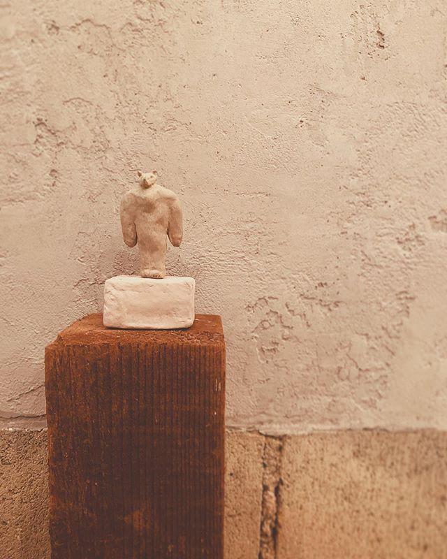 【個展始まります】尾道 紙片さんでの個展『unicorn syndrome』11月1日(金)より 始まります。今日は 搬入最終日でしたが お休みなのに  手伝いに来てくれた 紙片の寺岡さんと 絵描きの白水さんと お昼にグランドマザーな美味しいお好み焼きを食べました。2人は コテで お好み焼きを 綺麗にたいらげていましたが、寺岡 さんのオデコ頭には なぜか特製ソースが かかっているのを 白水さんに発見されました。いつソースがついたのかは わかひませんが、鉄板カウンターで 繰り広げられる マザー達のコテ捌きと会話術は 見ている聴いているだけで 美味しかったです。個展 始まります。紙片 尾道、ゆっくりしていって下さい。どうぞよろしくお願い致します◎・・*11月23日のLiveイベントの詳細は もう少ししたら 告知できますので、もう少々お待ち下さい〜。 ◇◇◇◇◇◇◇◇◇◇◇◇◇◇◇◇◇◇◇◇◇◇◇◇◇◇◇◇◇◇◇◇◇◇◇◇◇◇◇◇◇◇◇◇加藤 智哉 個展『unicorn syndrome』[期間]11月1日(金)〜11月24日(日)[時間]11時〜19時[場所]本と音楽 紙片(尾道)[event]23日(土)角銅 真実× yatchiによる演奏会。*11/23日は イベント開催の為、観覧時間に変更予定があります。詳細は 「加藤智哉 」のホームページ/sns にて 告知致します。[ホームページ]https://tomoya-kato.com/□□□□□□□□□□□□□□□□□□□□□□□□■『本と音楽 紙片』■•shihen.theshop.jp•@shihen_onomichi•広島県尾道市土堂2-4-9あなごのねどこの庭の奥(尾道駅より 徒歩15分)▽◇△▽◇△▽◇△▽◇△▽◇△▽◇△▽◇△▽▽◇△▽◇△▽◇△▽◇△▽◇△▽◇△▽◇△▽