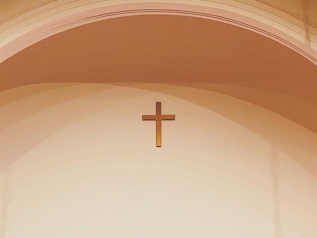 今日は 教会に 音楽を聴きに。十字架に宿るアーチの陰が うつくし うつくしく。