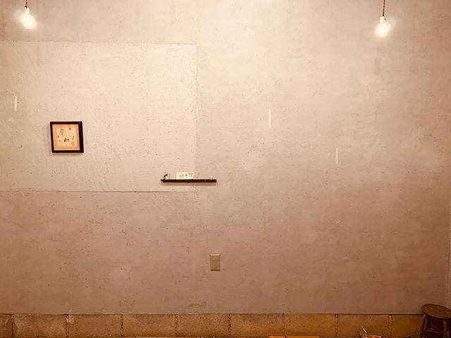 紙片の壁。紙片の光。紙片の湿気。紙片の家具。紙片の軸。搬入をしたら 本と音楽以外にも 色んな事が 身体を通る。今日は 木片に沢山触れた。そして 夕飯は 寿司。