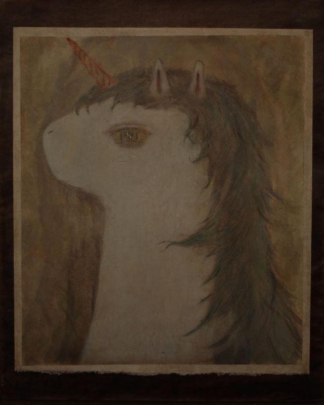 尾道にある紙片さんでの個展 「unicorn syndrome」を無事 終えることができました。紙片店主の寺岡さんとの初対面は ちょうど1年前の光兎舎での うまのはなむけさんの搬入タイミングでした。展示をやると決まってから 2回程 尾道訪問。ひとつめは UFOで買った長靴と白水ハウスと紙片のきぼり蕪。蕪。蕪。そして 時間 間違い。ふたつめは ドイツからが来てくれたHochzeitskapelle (ホホツァイツカペレ)と、青柳拓次さん、テニスコーツ さん、ざやえんどうさんの「alien parade のJapan tour」への同行に 奇しくも尾道。暑い坂道。チラシ寿司。この時既に DMにメインのユニコーンは 描けていて ユニコーンを住まわせる、額縁も 決まっており、 テニスコーツ さんとマークスに この絵の前で 歌ってもらえた事は 夏の強い印象となりました。ツアー最後のライブ会場である、グッゲンハイム邸の演奏も異常な熱気。翌日 ツアー熱気にやられるも しっかりと体調を壊し、身体の熱で 感覚もろともギアチェンジ。今回 紙片に飾った大きめの絵と本格的に対峙。とにかく粘り強く、朝の光に 淡々と日常の芯の様に 描き続けた事を覚えてます。その時に「答えがあるパターン」みたいなモノも感じていたかな。簡単に言葉にしたくない事をたくさんたくさん。この絵を描いていくと同時に 夏の暑さも厳しさも和らいで。搬入、秋の尾道。三ヵ月くらいしか経ってないけど、久しぶりに 寺岡さんと紙片に対面。夏にみた紙片と違って 展示空間のカーテンだった部分に  木の壁ができていた。その壁の出来の自然さは かなりビックリで ニュアンスセンスの良さに 名人芸の拍手。大きな絵をはめてみると 壁に吸収。「あれ?」飾っても飾っても 壁に吸収され。やわらかさ とは?会場で 色んな方々に 「壁画みたい」 と 言われて、京都にある カフェ コレクションの絵を 勝手に思い出しました。 額の絵は 少し浮き出てくれたけど、この 壁に吸収感は 新感覚で 切り絵なんか シミに見えてきだして、シミを楽しみながら 配置しては移動が くり返し。搬入期間3日間は 感情は 二の次にして 頭と胃袋の脳の循環が リズムの基本サイクル。最後は 寺岡さんが 車の駐車場に落ちてた 棒を飾り 搬入終了。初日から 尾道のべっちゃー祭り。京都に戻り、いつものギャラリー勤務。刺激的な展示。作品と言葉と現場のサイクル。そうした京都での日常の中、11月23日の角銅 真実 さんとyatchiさんの演奏会 に向けての打ち合わせを進めていく。角に従って、自分の興奮と周囲の興奮も引き連れながら その会に向けての作品を 時間に追われながら つくっていく。yatchiさんとは 何度かお話しさせてもらったし、ピアノが入った車の中で 演奏して貰えた時の記憶があまりにも強く、角銅さんとは ほぼ初対面で  彼女の発する優しい言葉とは裏腹に 音楽と一緒に 細胞分裂(爆発?)していってる様な姿は 何を話してよいか よくわからなくもなりました。それは 音楽と絵の違いなのかな?そして イベント打ち上げの最後に話した会話も強く。お二人の音楽と また会うのが楽しみです。急にやってきた おまけみたいな最終日も、スタミナ不足を感じた搬出も 大好きな夕飯タイムも すごく沢山のシーンや感情や言葉と一緒に グルグルまかれて終わり、なんとか京都に帰宅できました。鏡をみたら 顔が固まっていたので、さっぱりと塩風呂につかって就寝しました。朝 気がつけば 気温は冷えきってきてる。気がつけば もう12月です。さて、unicorn syndrome って なんだろう?今回展示を企画して下さった紙片の寺岡さん、展示空間で演奏をして下さった 角銅さんにyatchiさん、色々な準備をして下さった とおるさん、珈琲&ドーナツを提供して下さったアルトさん、京都会場 もしも屋さん、もう沢山サポートして下さった 白水さん そして アイコさん、展示を通して 素敵な時間を過ごさせていただき、誠にありがとうございました◎そして 近くからも遠方からも 展覧会に足を運んで下さった皆々様、誠にありがとうございました!紙片で 空間をつくれたことを とても嬉しく思います。ありがとう、尾道。