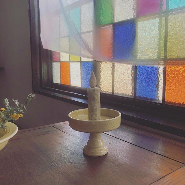 ウソ ローソク。陶器の燭台は 小谷田 潤さんです。小谷田さんの陶器は ホンモノが強いから ウソも はえる様な。ちせのステンド窓がキレイやわ。