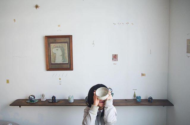 北白川のちせさんで開催された「オースターラの花飾り」展。展覧会は無事終了致しました。お越し下さった皆々様 誠にありがとうございました◎個人的に とても楽しい展示となりました!最初に ちせの亮太さんに今回の企画を頂いた時、参加する作家さんの面々をみて 「なかなか作風がバラバラなメンツだな」という印象を正直受けました。そして搬入当日に 作品を目の当たりにして 冷汗が出たのを 覚えています。でも いざ それぞれの作家さんの作品と ちせ という場所を 観察して空間をイメージしてみると その心配は 何処へやら。僕の精神は 自由への階段を登って  オースターラの女王に召される快感へと変わっていきました。危うさの快感。春のペテン師です。無理やり 絵で 他の作家さんの作品に 絡んでいくと、なかなかビックリ。いつの間にか 集中力が高まり 「あれは こうしたい!ここは これでしょ」みたい なコダワリの塊が出てきていました。徐々に空間が出来上がっていくと 他の作家さんに怒られないか 心配にもなりましたが、亮太さんと 笑い合いながら コレはあーだ、アレはこーだ、と だべって作業を進めていた事を 覚えています◎ 展覧会を企画して下さった ちせさんの亮太さん、しほちゃん、nuri candleさんを始め、一緒に参加して下さった作家の皆々様、どうもありがとうございました◎(余談:不安に駆られた朝、オースターラを反対から読んでみたりしました。ラータスーオ。)次は 夏至の日を目指して 6月に またkousagisha gallery に 空間をつくろうかと思ってます。(写真は朝光 ワカコさんが 提供して下さいました)