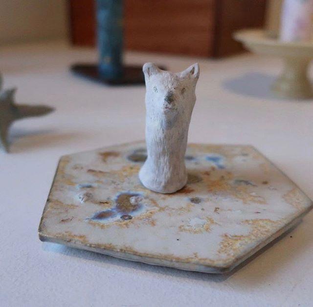 親指オオカミさん。乗っかってる陶板は 西野 詩織さんの作品。品がありますね。