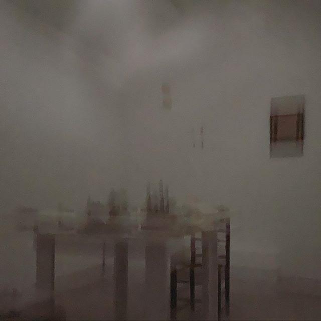 灰色の空間。青木さんが 演奏会の調整に来てくれた。水の中みたい。
