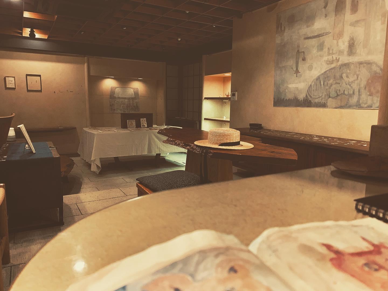 《お知らせ》西麻布、桃居さんで 開催中の『金土日月よう日図書室 / 加藤智哉 制作日記帳』展。3日目。諸事情により、本日8月16日のオープンが13時から少し遅れて 13時30分頃のオープンとなりました。ご迷惑をおかけしますが どうぞよろしくお願い致します◎暑い日だ!⌘⌘⌘⌘⌘⌘⌘⌘⌘⌘⌘⌘⌘⌘⌘⌘⌘『金土日月よう日図書室 / 加藤智哉 制作日記帳 展』[期間]2020年8月14日(金)〜17日(月)[場所]桃居 (東京都港区西麻布2-25-13)[open]13:00-20:00(最終日は19:00まで)◇会期中は予約がなくても入場できますが、事前にご予約して頂くと優先的にご案内させて頂きます。ご希望の方は、◉お名前◉ご希望の日時◉人数を記載の上、下記までご連絡下さい。(toshoshitsu.yoyaku@gmail.com)◇ご来場の際は、マスクの着用と手指の消毒にご協力をお願い致します。加藤智哉(TOMOYA KATO)1980年生まれ 京都在住絵描き。kousagisha galleryのギャラリスト。個展やグループ展などで 国内外で活動中。◆金土日月ようび図書室◆は、絵描きと光兎舎ギャラリーの管理人として活動されている加藤智哉さんが 日常的に日々描きとめている制作日記帳を あの世とこの世の往来が活発となるお盆の時期に 都会のすみっこでひっそり愉しむ催しです◎