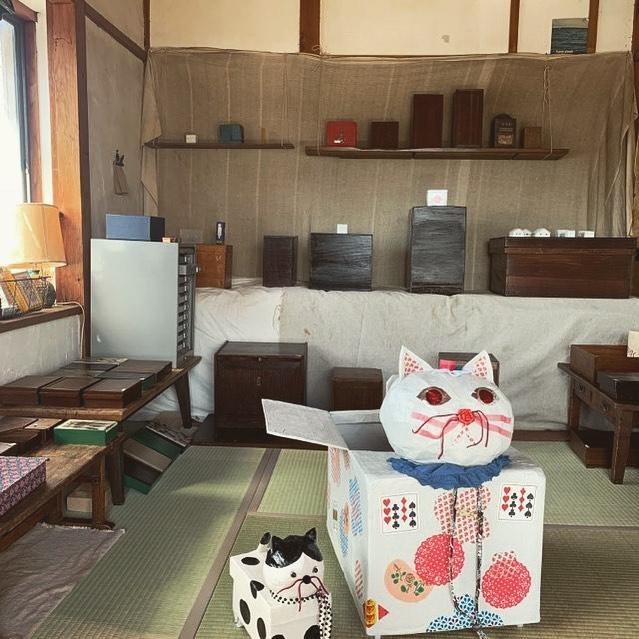 下鴨のゆーげで 箱の展示 やってるみたい。僕は 参加してないよ〜ん。「箱展」 9/30-10/3   13:00より*あんな箱、こんな箱、いろんな箱の展示、即売中。叩き売コーナーもアルヨ*出箱者/Yunnan,古い道具,民の物,soil,関美穂子,ひろせべに,郷間夢野,大島奈王、他於 下鴨yugue